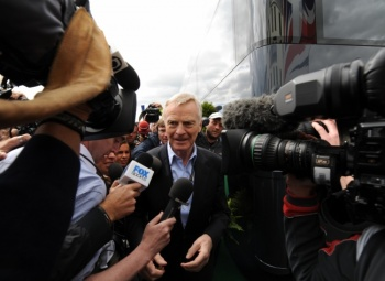 Max MOSLEY devant le siège de la FIA à PARIS. Photo Bernard BAKALIAN