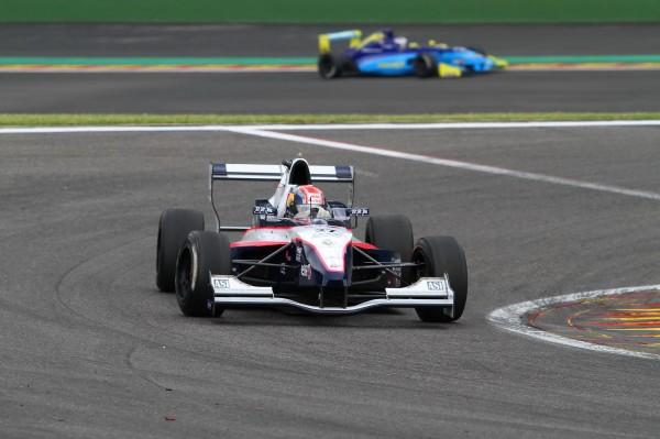 FORMULE-RENAULT-2012-SPA-Pierre-GASLY-troisième-Renault-2.0-©-Manfred-GIET-pour-autonewsinfo