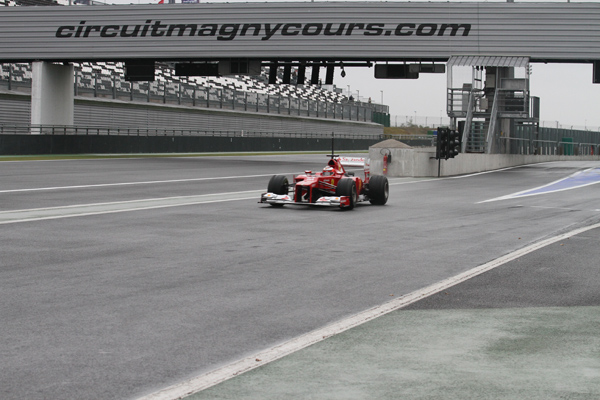 F1-MAGNY-COURS-2012-Rookie-test-FERRARI-JULES-BIANCHI-jeudi-passerelle-depart-photo-Gilles-VITRY-autonewsinfo