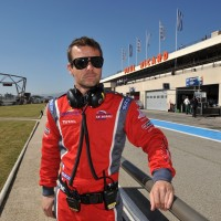 SEB LOEB ELMS 2012 PAUL RICAR POSE DEVANT BATIMENT CIRCUIT paul ricard Photo Valeie MAUREL autonewsinfo