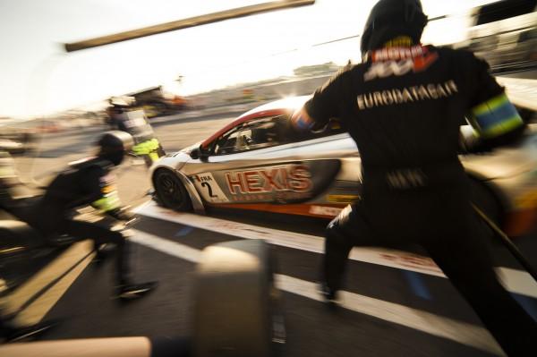 HEXIS Racing pitstop McLaren