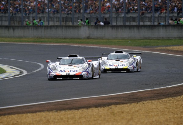 DOUBLE des PORSCHE 911 GT1 Victorieuse des 24 Heures du Mans 1998 avec Aiello - Ortelli - McNisch et seconde avec Wolleck - Alzen - Muller