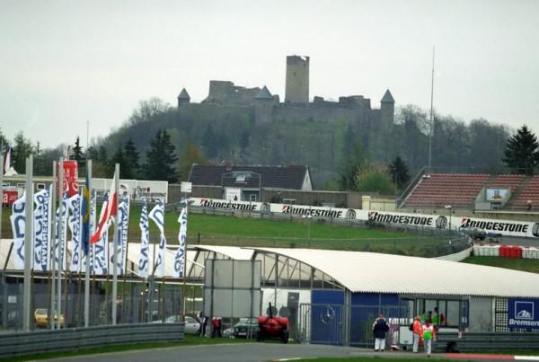 F1 Nürburgring et son célèbre château mais qui a peu de chance de voir les F-1 à ses pieds cette année-© Manfred GIET-