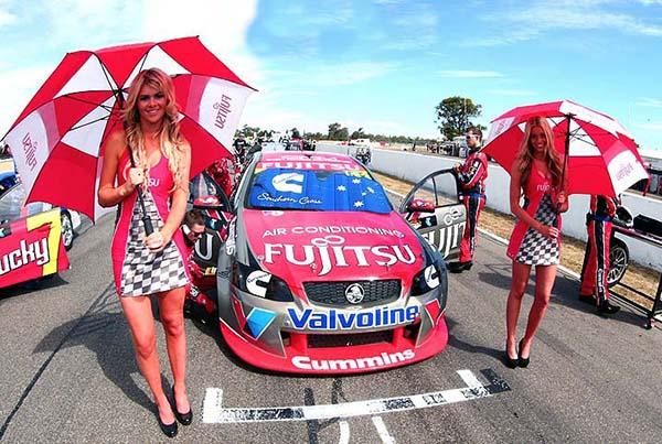 V8 SUPERCAR 2012  HOTESSES GRM sur la grille de depart a WINTON (1)