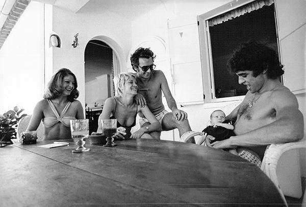 CEVERT-1971-Aout.-Vacance-en-famille-avec-Anthony-30-jours-sur-les-genoux-de-Francois.