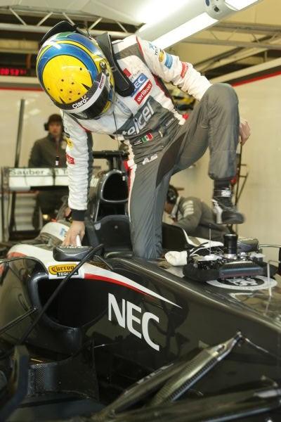 Esteban GUTIERREZ s'installe dans le cockpit de sa SAUBER-FERRARI