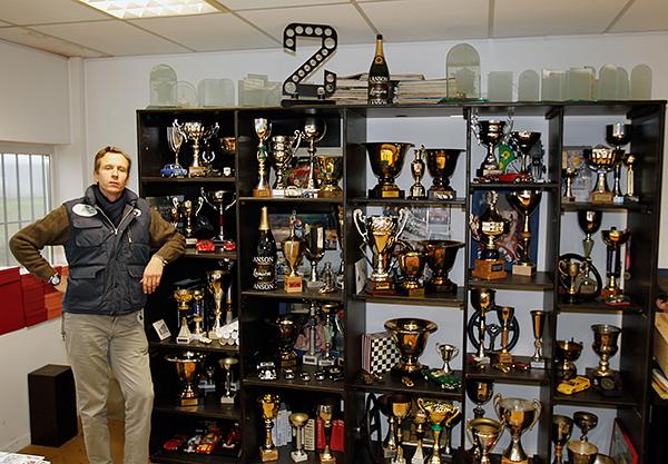 Ludovic CARON devant l'armoire des Coupes et Trophées