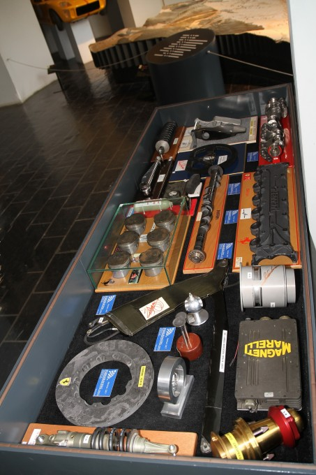 MUSEE AUTO SPA vitrine pieces voitures de course © Manfred GIET