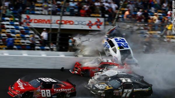 NASCAR-2013-DAYTONA-Kyle-LARSON-fonce-vers-les-tribunes