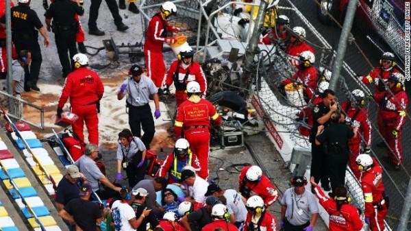 NASCAR 2013 DAYTONA Les grillages defoncees des tribunes par lme moteur de la voiture de KYLE LARSON