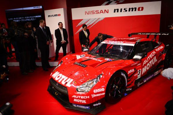 Carlos GHOSN s'intéresse a l'intérieur de la NISSAN NISMO de SUPER GT