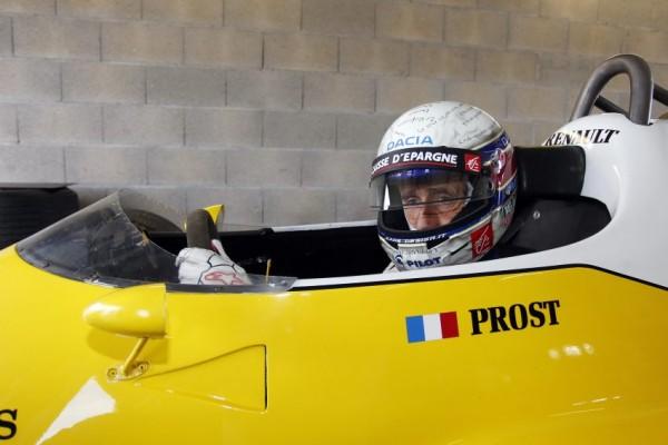 Alain Prost au volant d'une F1 Renault.