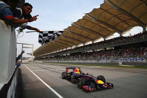 F1 2013 SEPANG VETTEL ARRIVEE drapeau a damiers