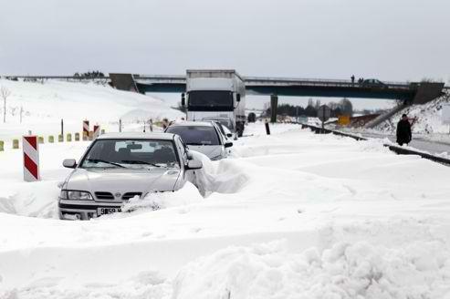 NEIGE-vehicules-autos-et-camions-bloques-sur-les-autoroutes-photo-Charly-Tymballe