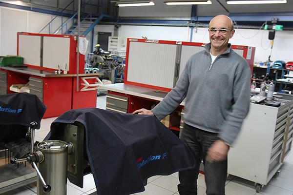SOLUTION F Ingenieur Hugues BAUDE devant Moteur LMP2 sous bache Photo Gilles VITRY autonewsinfo