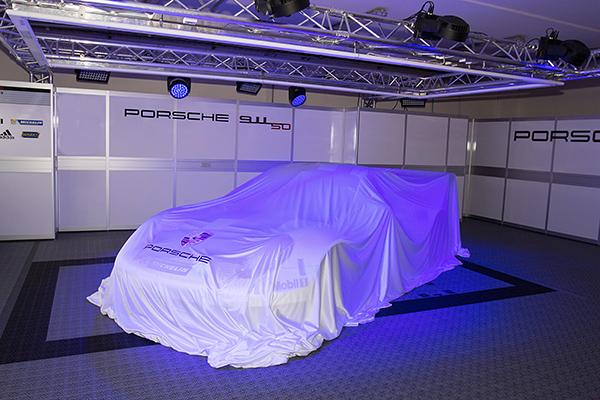 WEC-2013-Presentation-PORSCHE-la-voiture-sous-bache-photo-Gilles-VITRY-autonewsinfo