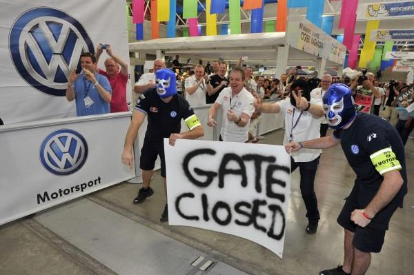 WRC 2013 MEXIQUE Ambiance Arrivée Clin d oeil a la barriere fermee en speciale