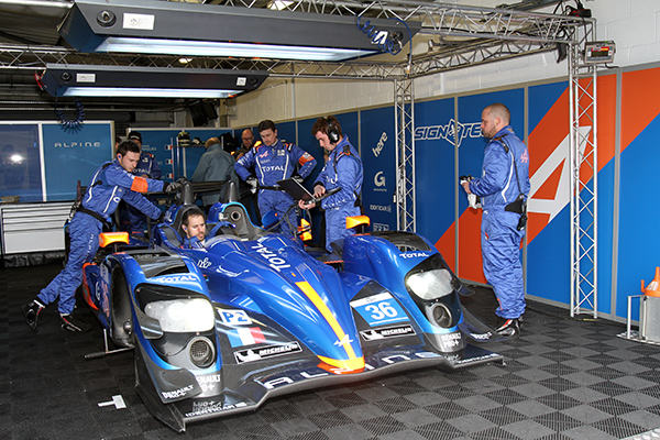ELMS-2013-SILVERSTONE-le-staff-technique-du-Team-Signatech-Alpine-Photo-Gilles-VITRY-autonewsinfo