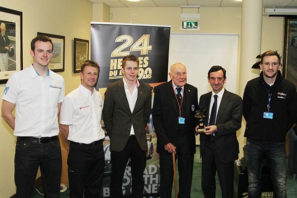 ERIC-THOMPSON-avec-Pierrre-FILLON-Président-ACO-et-les-jeunes-pilotes-Anglais-McNish-et-Brundle-Photo-Gilles-VITRY-autonewsinfo