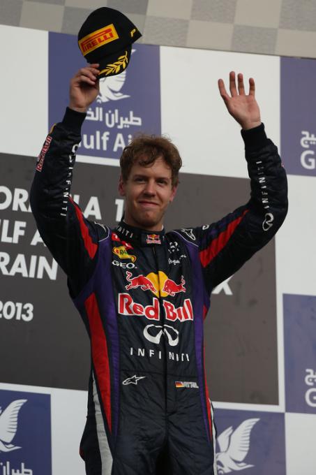 F1-2013-BAHREIN-1-er-VETTEL-sur-le-podium-photo-PIRELLI