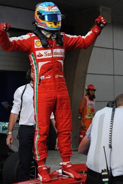 F1-2013-GP-BAHREIN-1er-ALONSO-DEBOUT-sur-sa-FERRARI-Photo-Bernard-ASSET