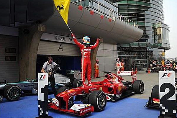 F1-2013-GP-CHINE-ALONSO-savoure-sa-victoire-14-avril-Photo-Bernard-ASSET.