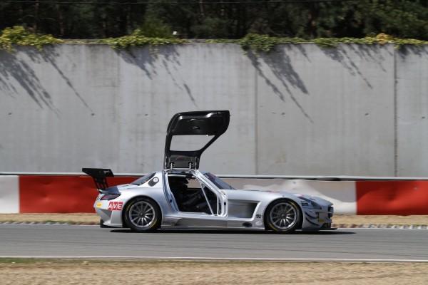 GT-FIA-2013-ZOLDER-Minute-papillon-ou-lorsque-la-portière-de-la-Mercedes-de-Stovicek-Charouz-souvre-intempestivement-©-Manfred-GIET-pour-autonewsinfo