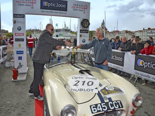 TOUR AUTO 2013 Arrivee a LA ROCHELLE Podium AC COBRA de 1963 VICTORIEUSE Carlos MONTEVERDE Gary PEARSON Photo Max MALKA pour autonewsinfo