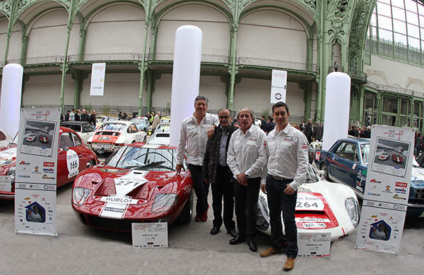 TOUR-AUTO-2013-Le-Team-MOTORSPORT-pose-au-grand-complet-au-Grand-Palais-a-PARIS-devant-la-FORD-GT-40-et-la-PORSCHE-910-Photo-Gilles-VITRY-autonewsinfo.