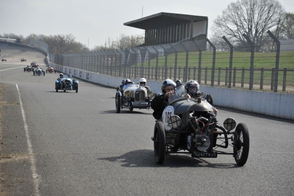 VINTAGE REVIVAL MONTLHERY 2013 les concurrents en piste photo Jean Pierre PASCHE