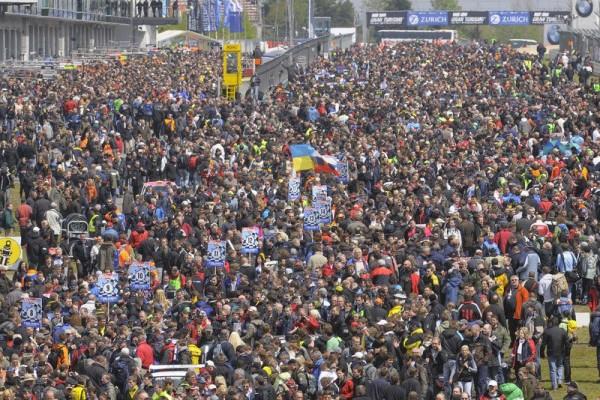 24-H-DU-NURBURGRING-2012-La-foule-dans-la-pit-lane