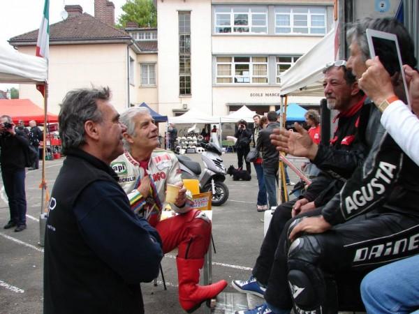 COURSE-DE-COTE-DU-CHATEAU-AGO-et-Eric-SAUL  LE fRANCAIS Vainqueur lui de 2 Grands PRIX -Papotent-avec-le-public-photo-Jean-Jacques