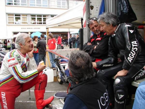 COURSE-DE-COTE-DU-CHATEAU-Le-ROI-AGO-15-titres-mondiaux-et-122-victoires-en-GP-record-absolu-discute-avec-le-public-photo-Jean-Jacques BOYER
