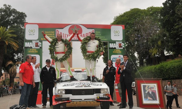 MAROC HISTORIQUE 2013 -Les vainqueurs Christophe VAISON et Pascal DUFFOUR - avec la 504 Coup du Team FYL de Franois LETHIER - Photo David GIARD pour autonewsinfo