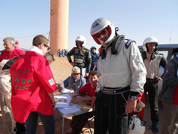 MAROC HISTORIQUE 2013 Xavier Champagnon au pointage depart de Merzouga photo autonewsinfo