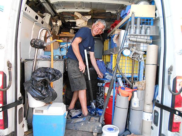 MAROC HISTORIQUE 2013 le camion d'assistancve de Guy BURNICHON - Xavier Champagnon petit dej a Merzouga photo autonewsinfo