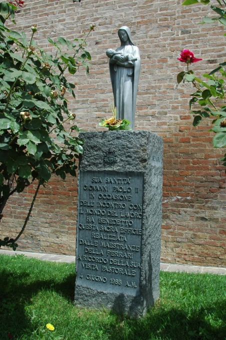 MUSEE FERRARI la stèle commémorant la visite du pape Jean-Paul II , le 4 juin 1988 Photo Olivier THIBAUD