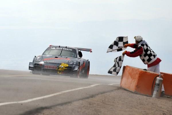 PIKES-PEAK-2012-Arrivee-de-la-PORSCHE-de-Romain Dumas-au-sommet. Le rookie perd pour ... 17 milliémes