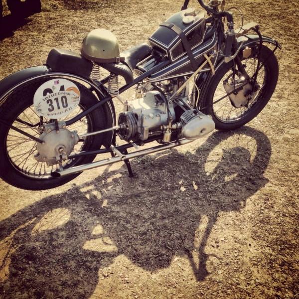VINTAGE-REVIVAL-MONTLHERY-2013-MOTO-Rarrisime-et-superbe-BMW-750-de-1929-Photo-IRON-BIKERS