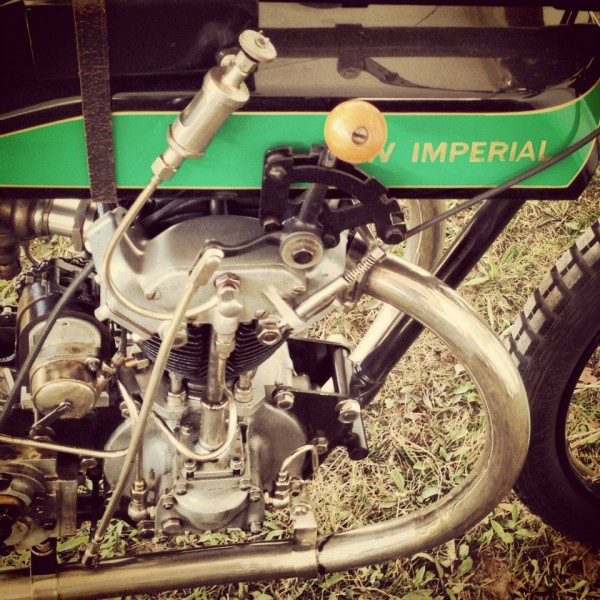 VINTAGE-REVIVAL-MONTLHERY-2013-Moto-Ambiance-A-l-epoque-piloter-voulait-dire-ne-rien-oublier-Photo-IRON-BIKERS.