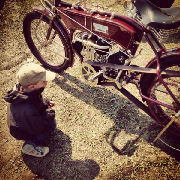 VINTAGE-REVIVAL-MONTLHERY-2013-Moto-Ambiance-MOI-quand-je-serais-GRAND-na-Photo-IRON-BIKERS
