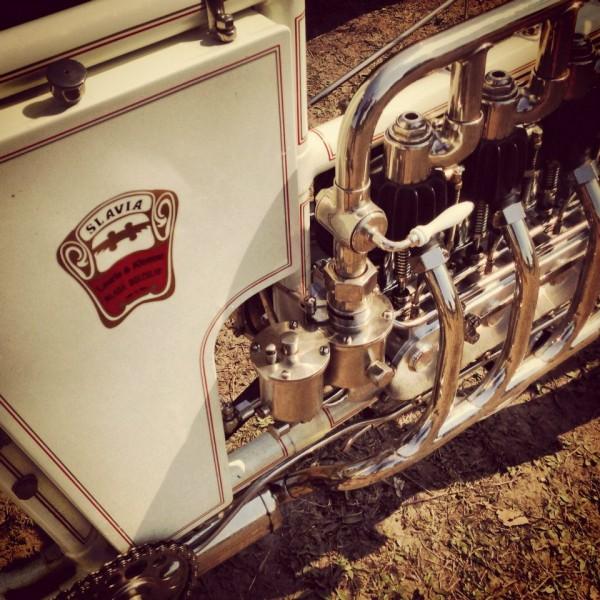 VINTAGE-REVIVAL-MONTLHERY-2013-Moto-Ambiance-SLAVIA-a-quatre-cylindres-en-ligne-Photo-IRON-BIKERS