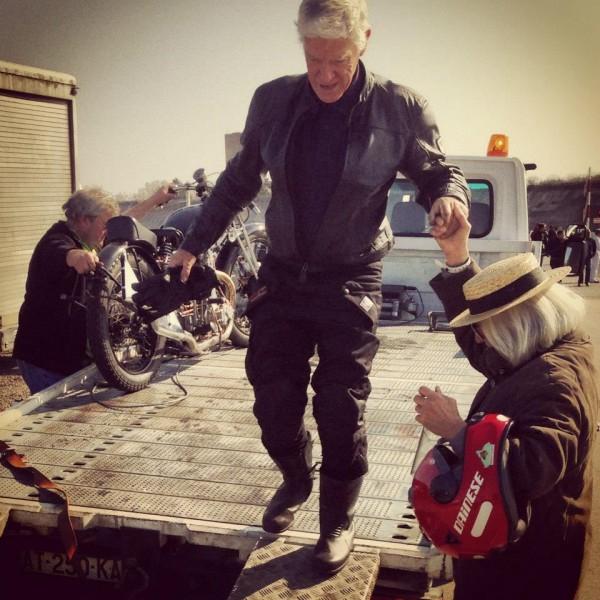 VINTAGE-REVIVAL-MONTLHERY-2013-Moto-Ambiance-la-femme-est-la-meilleure-amie-du-Biker-surtout-quand-il-tombe-en-panne-Photo-IRON-BIKERS