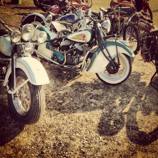 VINTAGE-REVIVAL-MONTLHERY-2013-Moto-Au-moment-où-Indian-renait-avec-un-tout-nouveau-moteur-il-est-bon-de-ne-pas-oublier-qu-il-ny-avait-pas-que-Harley-aux-Amériques-photo-IRON-BIKERS
