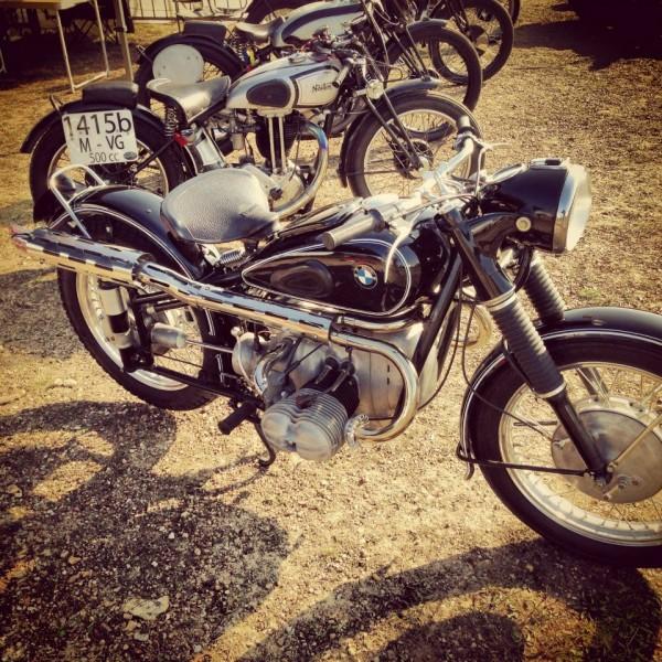 VINTAGE-REVIVAL-MONTLHERY-2013-Moto-La-BMW-R-67-2-ISDT-refaite-par-Jacky-le-patron-de-Légendes-Motocycles-Un-peu-lancêtre-des-BMW-GS-moderne-Photo-IRON-BIKERS