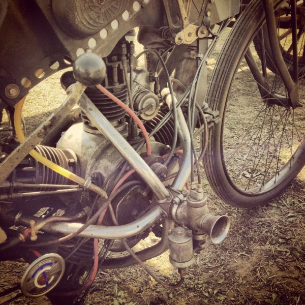 VINTAGE-REVIVAL-MONTLHERY-2013-Moto-Non-Non-vous-ne-revez-pas-un-moteur-5-cylindres-alimente-par-un-seul-carburateur-Photo-IRON-BIKERS.