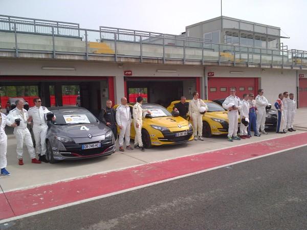 VOLANT DES CHEFS 2013 LES CHEFS devant les MEGANE RS sur la piste du circuit IMOLA Photo RST