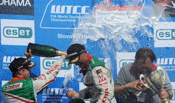 WTCC-2013-SLOVAKIA-RING-Podium-et-triple-des-pilotes-HONDA-28-avril-TARQUINI-MONTEIRO-MICHELISZ