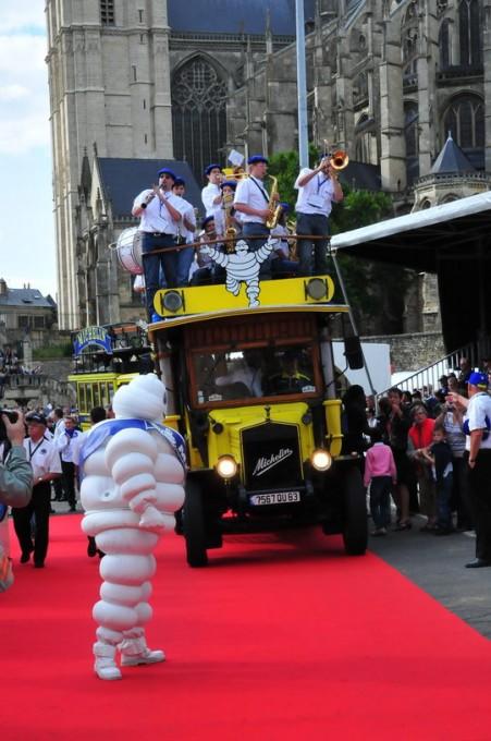 24 HEURES DU MANS 2012 La PARADE avec le camion MICHELIN d EPOQUE - photo RThierry VCOULIBALY