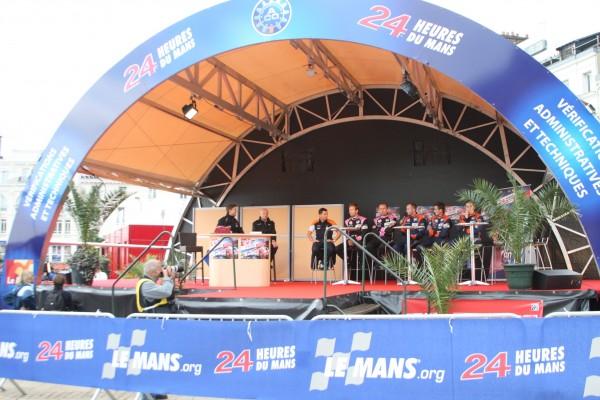 24-HEURES-DU-MANS-2012-PESAGE-Le-speaker-Bruno-VANDESTIC-avec-le-team-OAK.